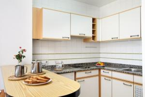 OPEN PLAN KITCHENETTE