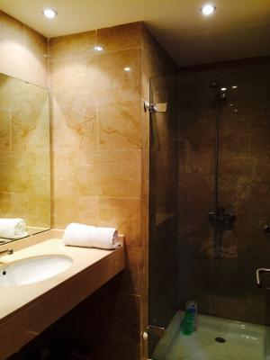 Shower room ensuite 2